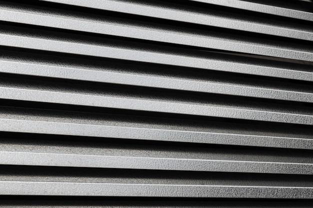 Surface métallique noire ondulée horizontale ou fond en acier galvanisé. Photo Premium