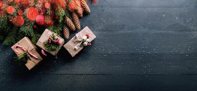 Surface De Noël Avec Des Décorations Et Des Coffrets Cadeaux Sur Planche De Bois Photo Premium