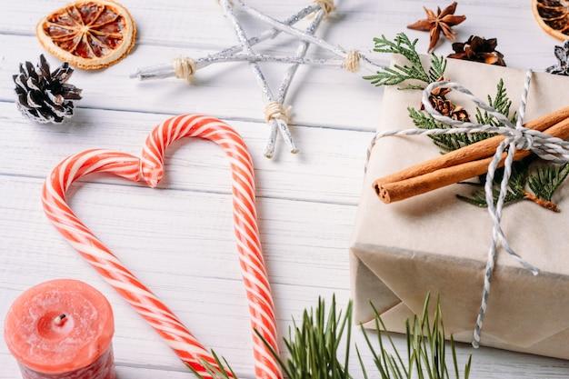 Surface de noël ou de la saint-valentin avec décoration, vue de dessus plat poser Photo Premium
