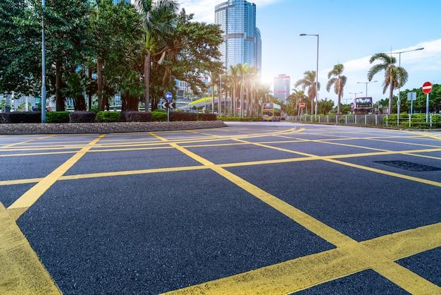 Surface de la route et gratte-ciel de hong kong Photo Premium