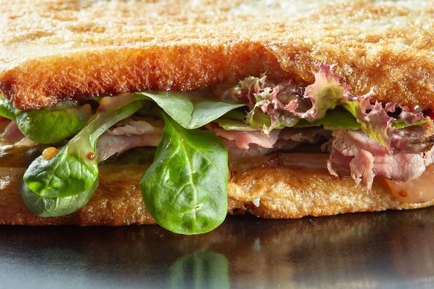 Surface De Sandwichs Avec Jambon, Salade, Concombre Et Toasts Grillés Photo Premium