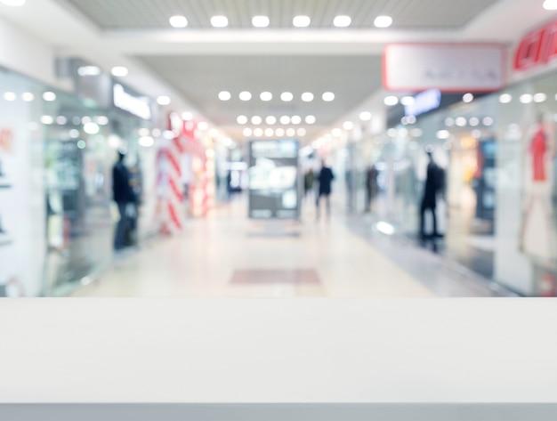 Surface de la table blanche devant le centre commercial Photo gratuit