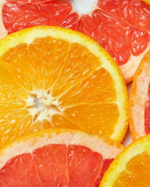 Surface Avec Des Tranches De Fruits Frais Sur Une Surface Blanche Photo Premium