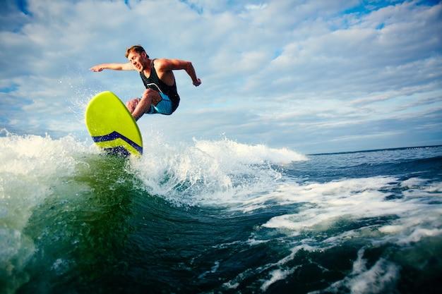 Surfer Courageous Une Vague Photo gratuit