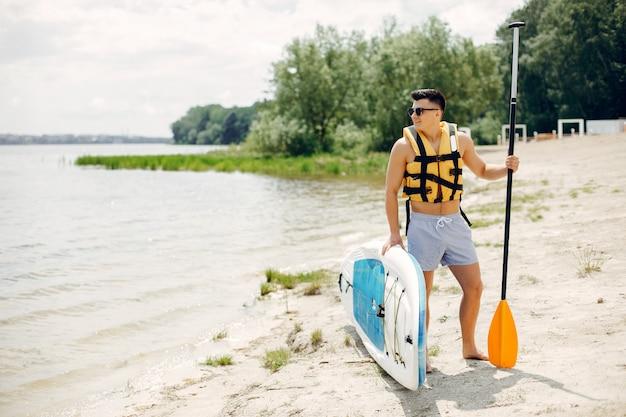 Surfeur sur une plage d'été Photo gratuit