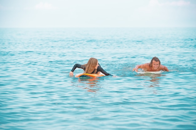 Surfeurs à La Plage Photo Premium