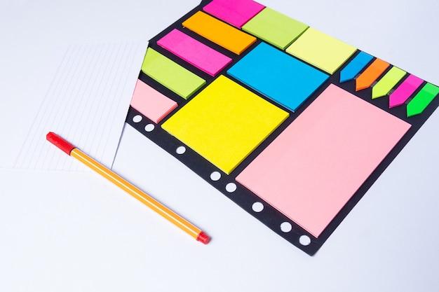 Surligneurs colorés, stylos, marqueurs, couleurs autocollantes et papier vierge pour travailler ou étudier Photo Premium
