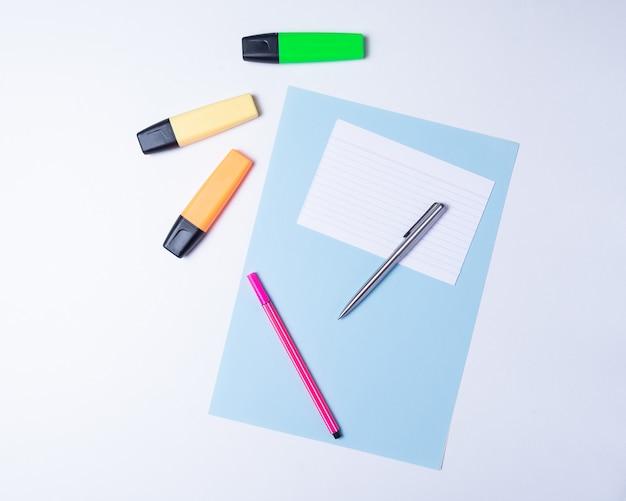 Surligneurs colorés, stylos, marqueurs et papier vierge pour travailler ou étudier Photo Premium