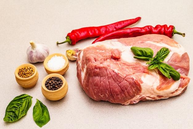 Surlonge De Viande De Porc Crue Avec Légumes Frais Et épices Sèches Photo Premium