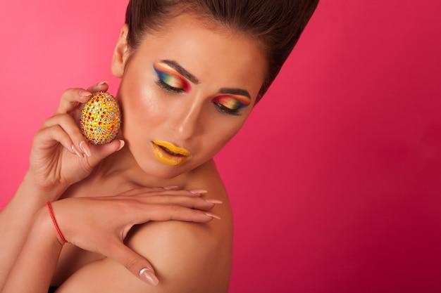 Surpris De Belle Femme Avec Un Oeuf Sur Ses Cheveux Rose Photo Premium