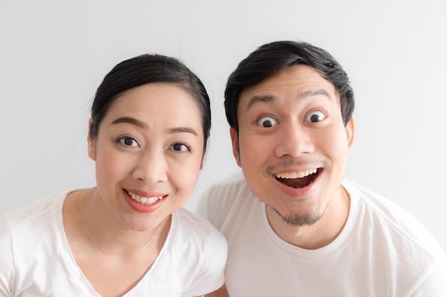 Surpris de couple grimace en t-shirt blanc et fond blanc. Photo Premium