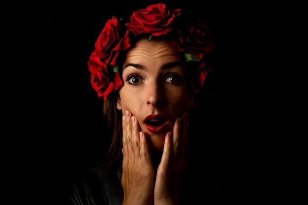 Surpris Jeune Femme Dans Une Couronne De Fleurs Photo Premium