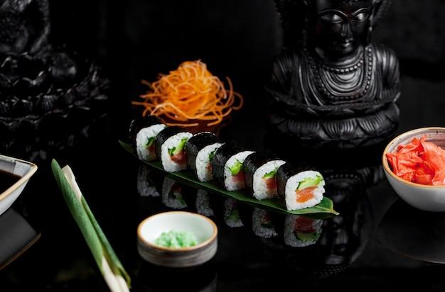 Sushi avec avocat, saumon et gingembre Photo gratuit