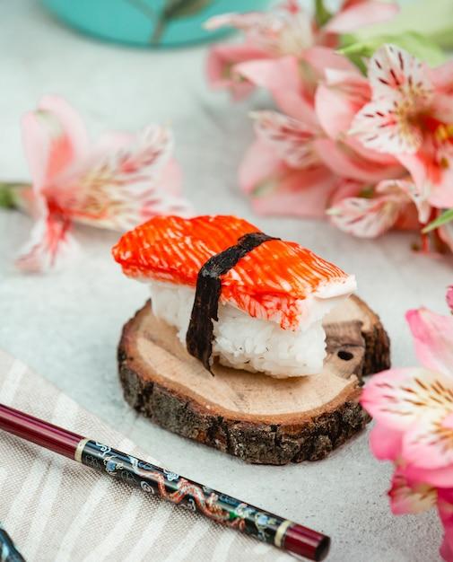 Sushi avec du riz et des bâtons de crabe Photo gratuit