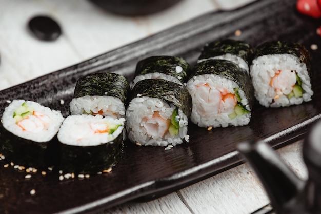 Sushi enveloppé noir avec du riz Photo gratuit