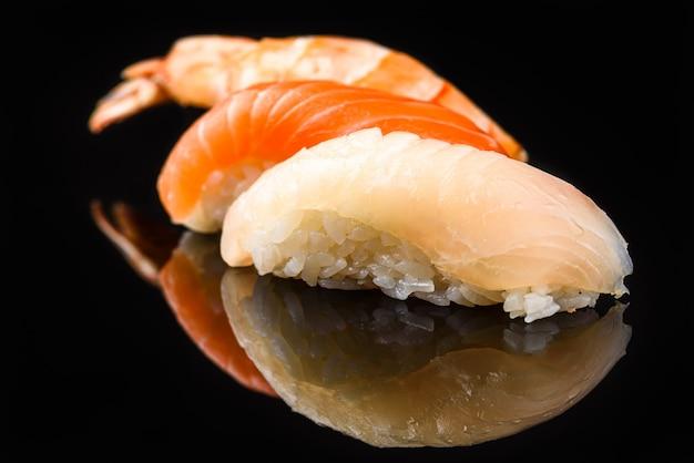 Sushi Sur Fond Noir Photo Premium