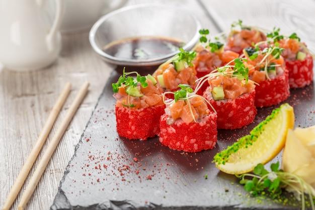 Sushi frais sur une table en bois rustique Photo Premium