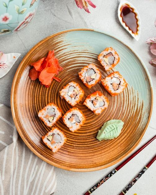 Sushi frit sur une assiette ronde Photo gratuit