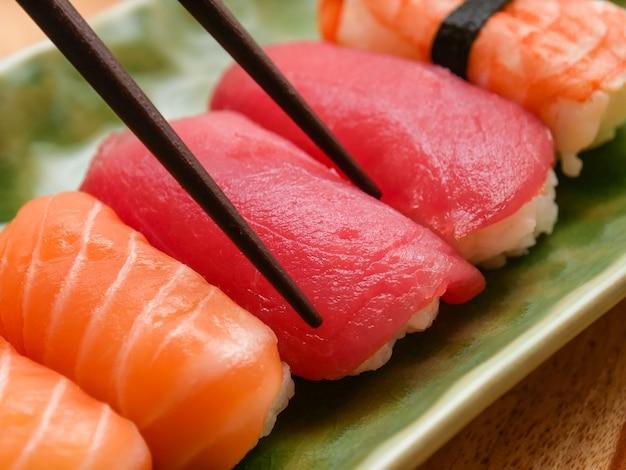 Sushi japonais au saumon et au thon délicieux Photo Premium
