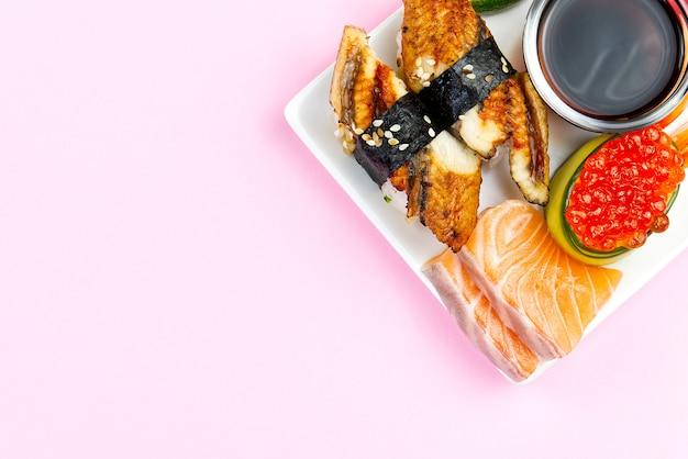 Sushi Japonais Traditionnel Sur Une Plaque Blanche Photo Premium