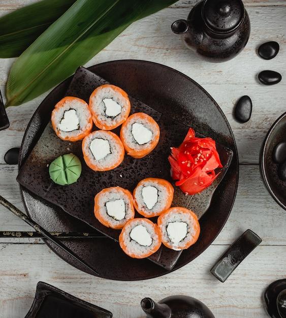 Sushi avec mayonnaise au riz, gingembre et wasabi Photo gratuit