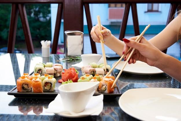 Sushi mis sur une table en verre. Photo Premium