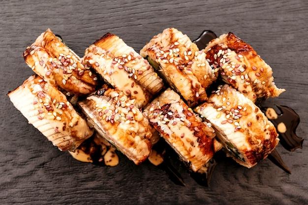 Sushi de philadelphie avec anguille japonaise, cuisine pan-asiatique, menu Photo Premium