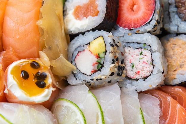 Sushi Sur La Plaque Sur Le Tableau Noir Photo gratuit