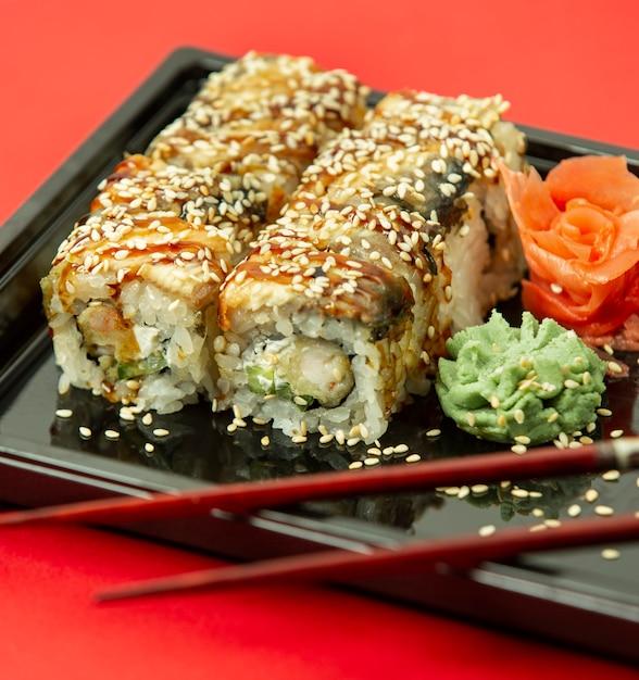 Sushi de poisson au sésame, gingembre et wasaby Photo gratuit