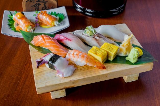 Sushi de poisson cru mis la nourriture japonaise Photo gratuit