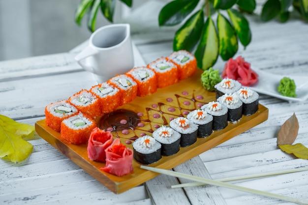Sushi posé sur la table Photo gratuit