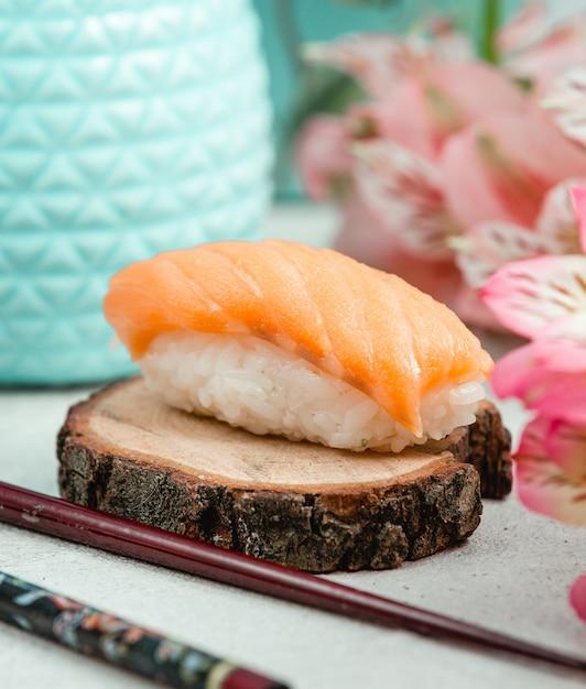 Sushi de poulet ouvert sur une planche de bois Photo gratuit