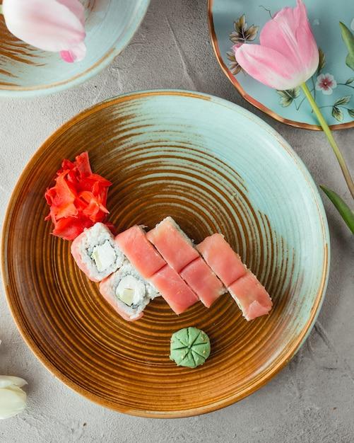 Sushi avec riz au gingembre et wasabi Photo gratuit