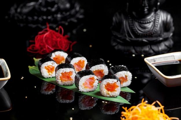 Sushi avec riz bouilli et saumon Photo gratuit