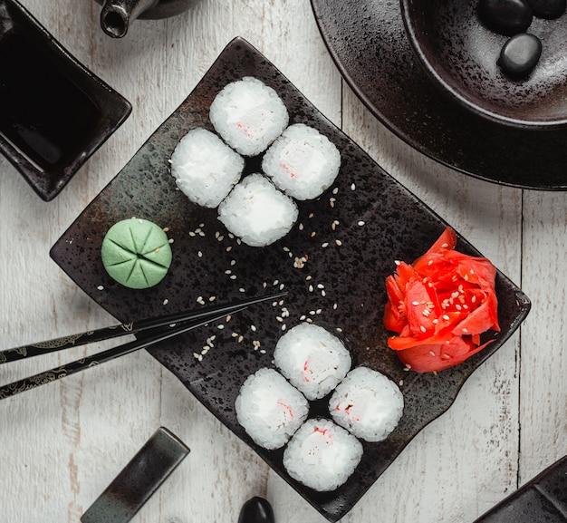 Sushi de riz noir au gingembre et wasabi vue de dessus Photo gratuit