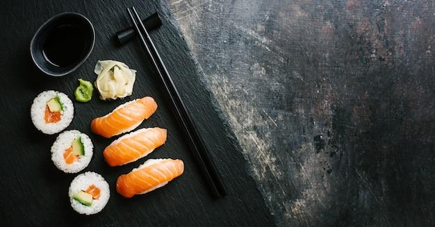 Sushi servi sur une assiette sur une table sombre Photo Premium