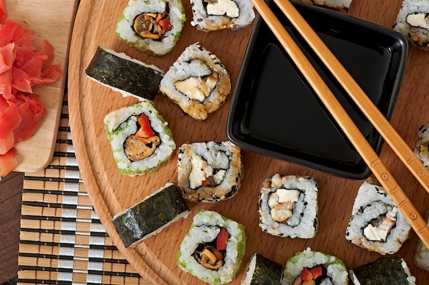 Sushi Set Sur Planche De Bois Photo Premium