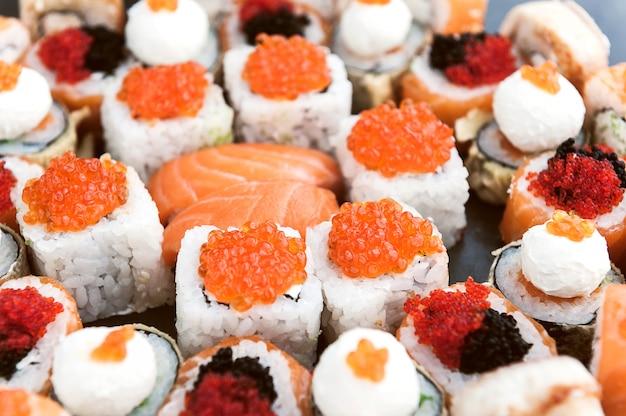 Sushi sur une surface noire Photo Premium