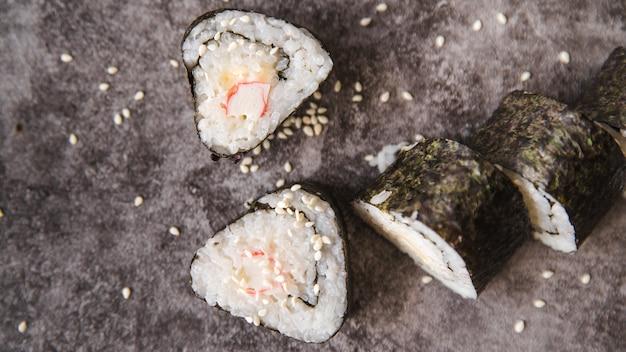 Sushi triangulé rouleaux avec des graines Photo gratuit