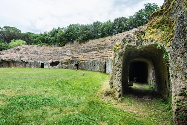 Sutri Dans Le Latium, Italie. L'amphithéâtre Creusé Dans La Roche De La Période Romaine Photo Premium