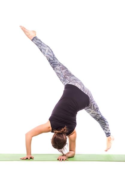 Svelte Jeune Femme Faisant Des Exercices D'yoga. Isolé Sur Fond Blanc. Photo gratuit