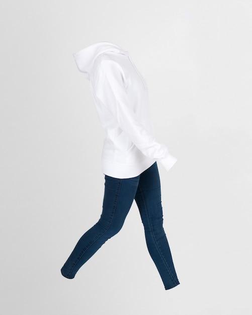 Sweat à capuche et jeans Photo gratuit