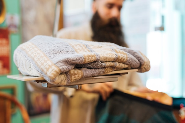 Sweat-shirt sur des balances devant un homme dans le magasin de vêtements Photo gratuit