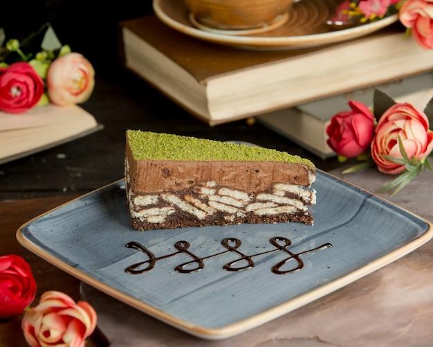 Sweet brownie à la pistache dans l'assiette Photo gratuit