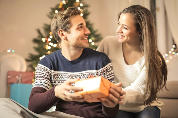 Sweet Girl Donnant Son Cadeau De Noël à Son Petit Ami Photo Premium