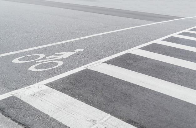 Symbole de bicyclette dans la rue, voie cyclable urbaine Photo Premium