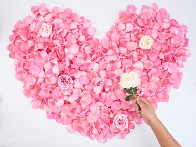 Symbole Du Coeur Composé De Pétales De Rose Rose Photo Premium