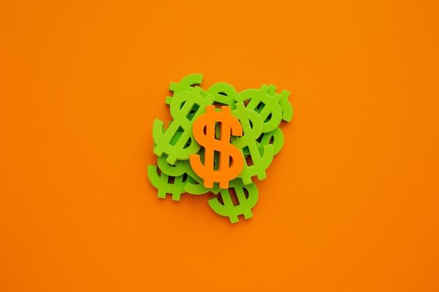 Symbole du dollar américain sur fond orange. green money flatlay Photo Premium