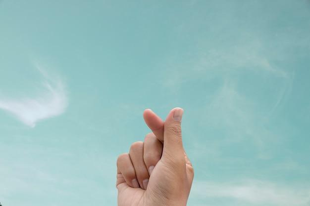 Symbole du mini coeur avec fond de ciel. Photo Premium