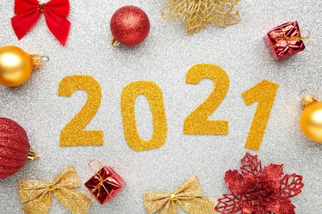 Symbole Du Numéro 2021 Et Décoration Sur Fond Argenté Photo Premium